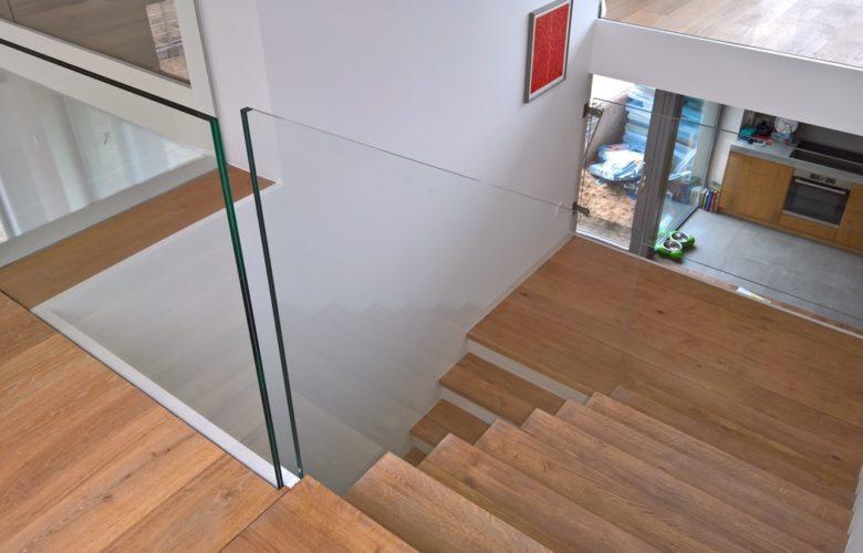 Schody ze szklanymi balustradami – sposób na optyczne powiększenie wnętrza